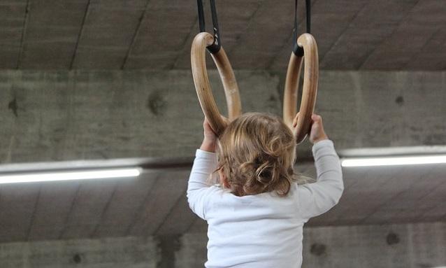 体操をする小さな子供