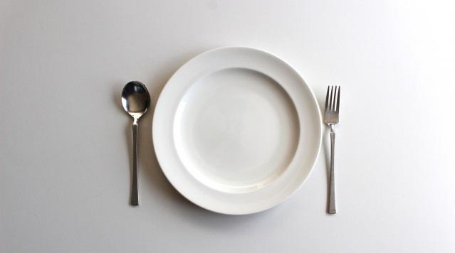 白いお皿とナイフとフォーク