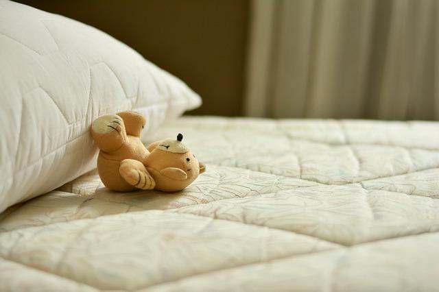 ベッドマットレスとぬいぐるみ