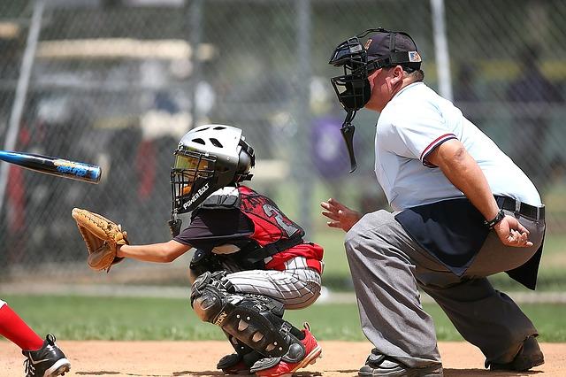 野球の試合でボールをキャッチする子ども