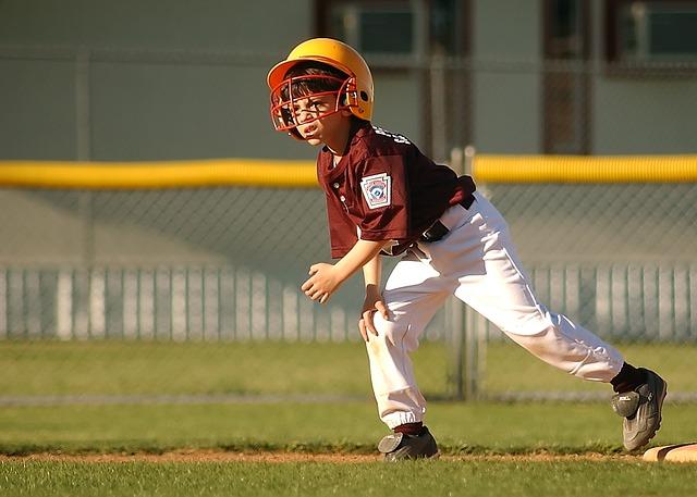 野球をするスポーツ少年