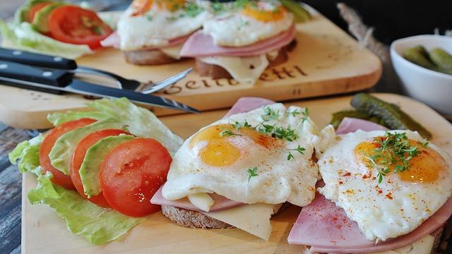 朝食のハムエッグ