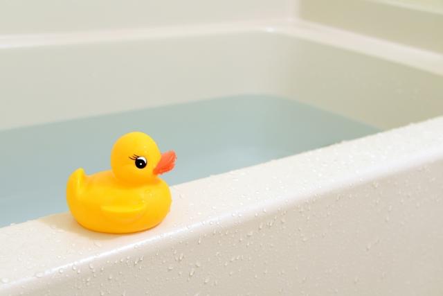 お湯が入った浴槽とアヒル