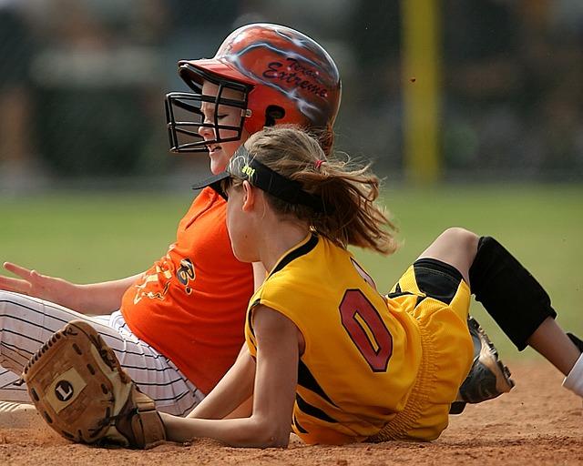 ソフトボールをする少女たち