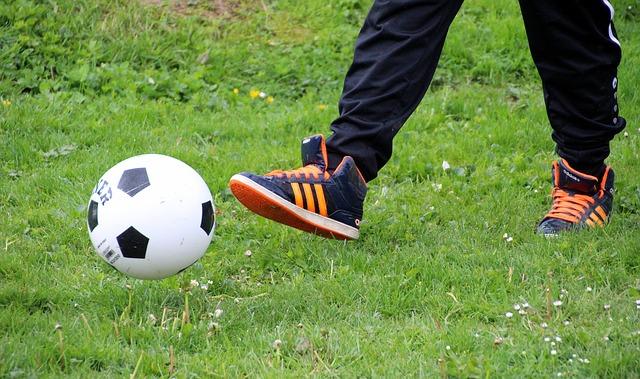 サッカーボールとトレーニングシューズ