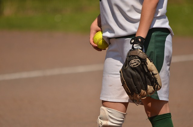 ソフトボールをする少女の姿