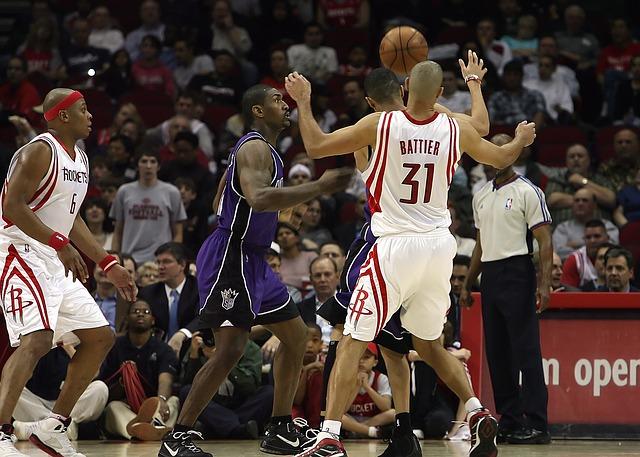 試合をするバスケットボール選手達