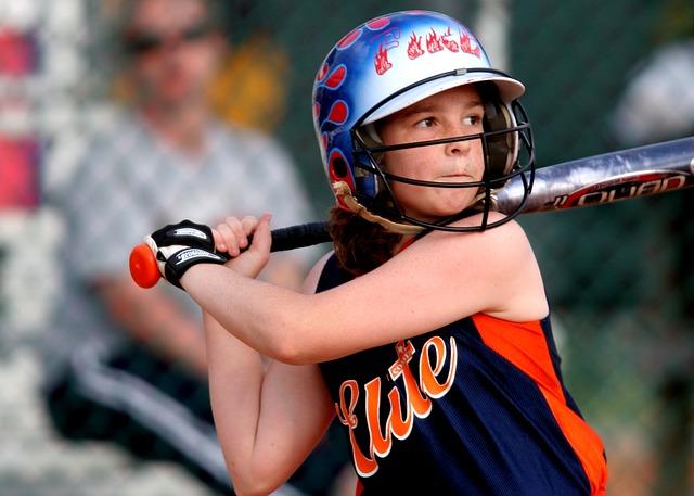 ソフトボールをする少女