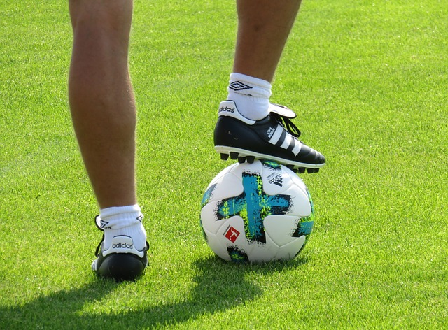サッカーボールとサッカー選手