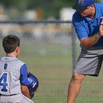 選手へ指導するコーチ