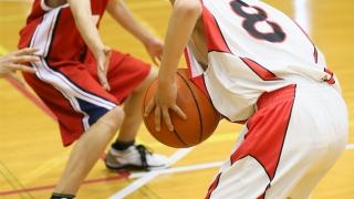 バスケットボールをする子供達