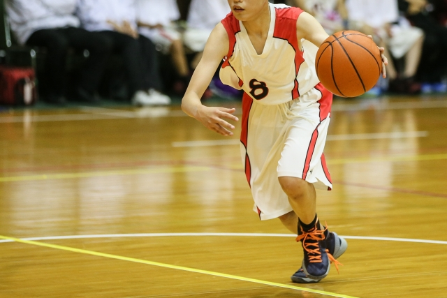 バスケットボールをする少年