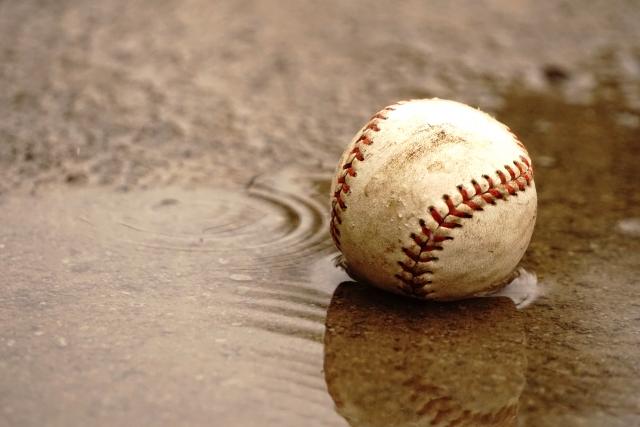 雨に濡れた野球ボール