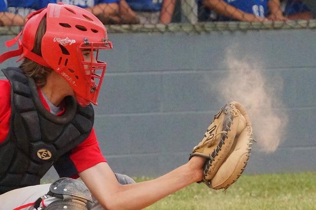 ボールをキャッチする野球少年