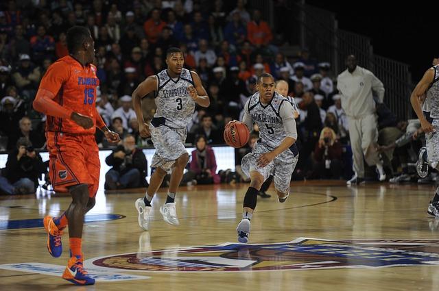 バスケットボールをするスポーツ選手たち