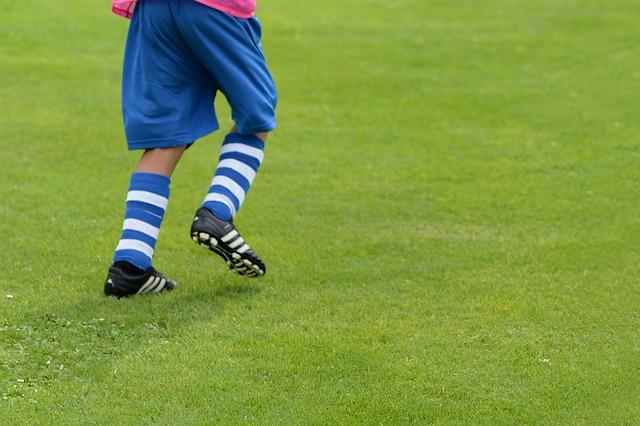 サッカーの練習をするスポーツ少年団の子ども