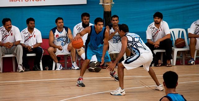 バスケットボールをする少年たち