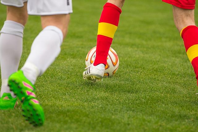 サッカーをするスポーツ少年