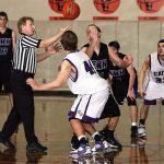 試合を始めるバスケットボール選手たち