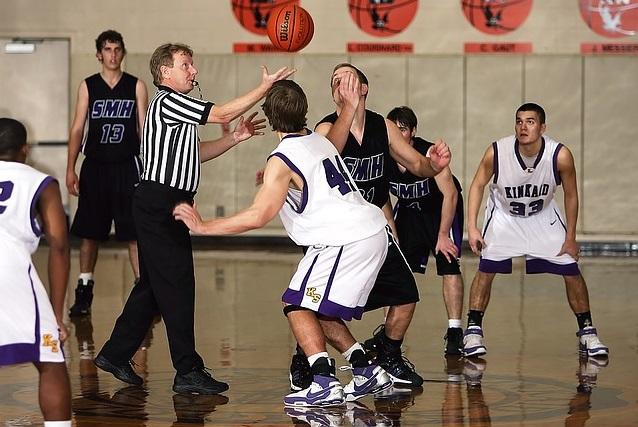 バスケットボールの試合を始める選手達