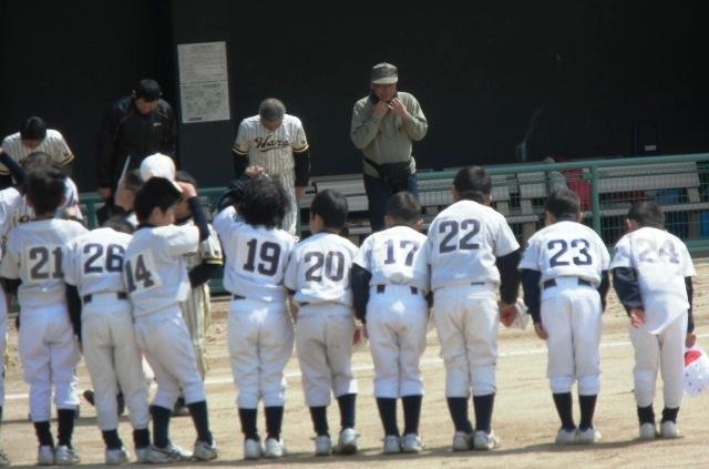 野球の試合会場で整列して挨拶する子ども達