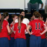 ミーティングをするスポーツ少女たち