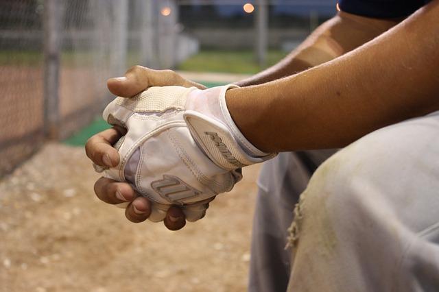 こぶしを握る野球選手