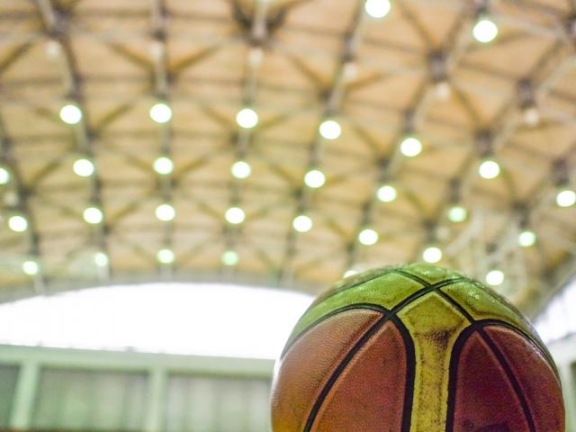体育館とバスケットボール