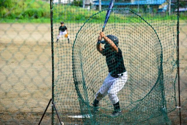 野球の練習をする子供