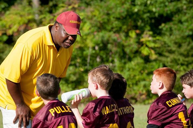 選手に声をかけるコーチ