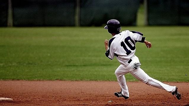 野球をするスポーツ少年団の子ども