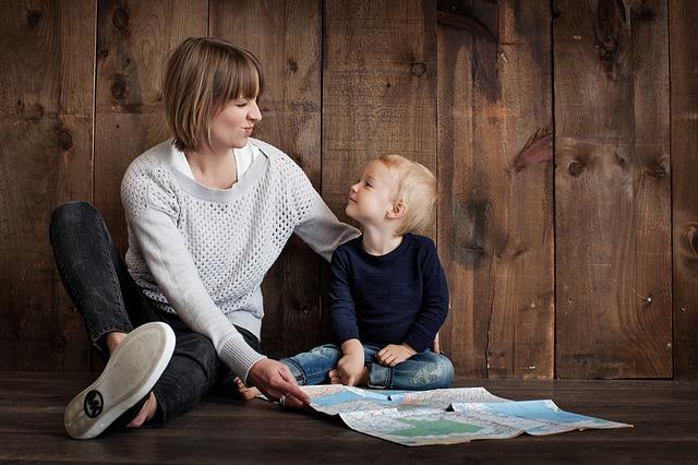 子供と触れ合う母親