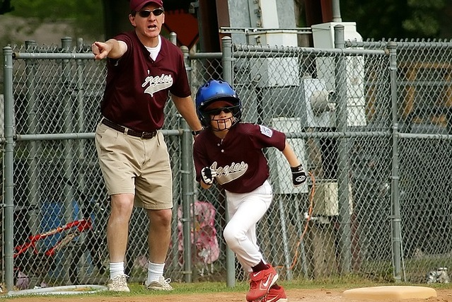 野球の試合をする少年