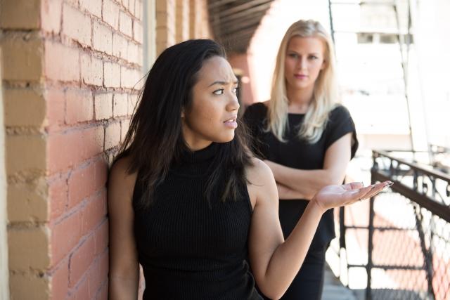 揉めている二人の女性