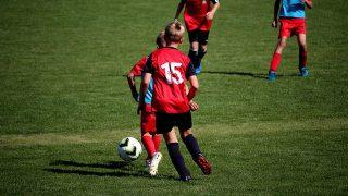 サッカーをする少年達