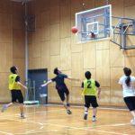 バスケットボールをするスポーツ少年団の子ども達