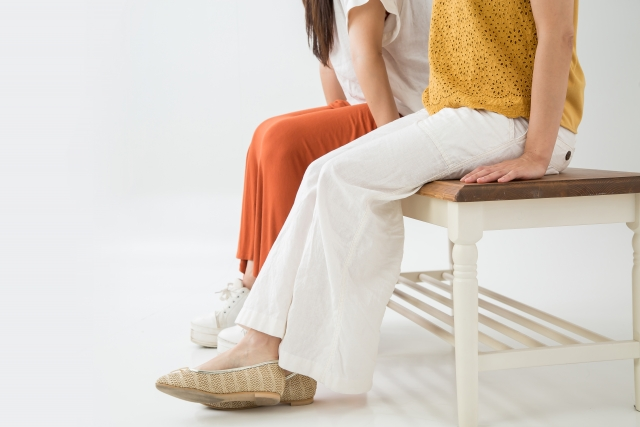 ベンチに座るママ友