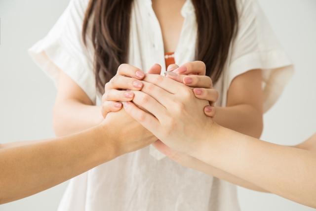 手を取り合うママ友