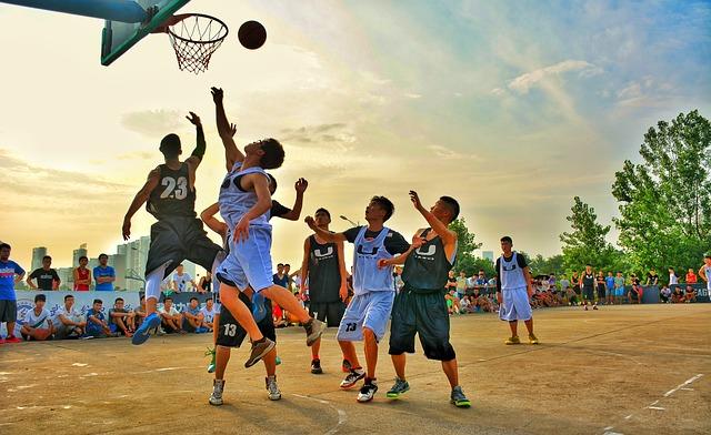 バスケットボールをする子ども達