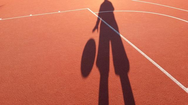 バスケットをする少年の影