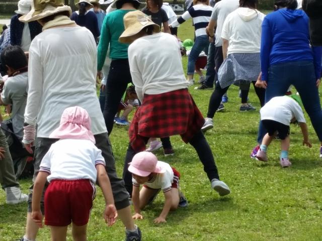 楽しそうに運動をする親子