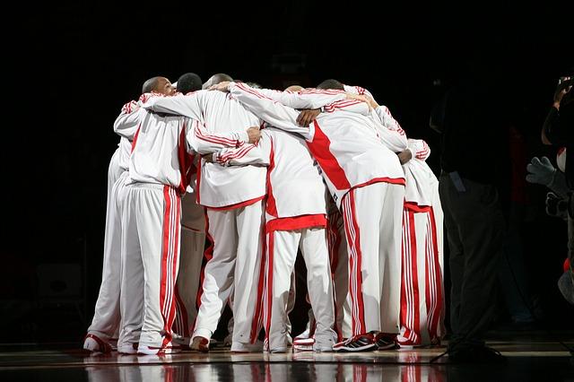 試合前に円陣を組むバスケットボール選手たち