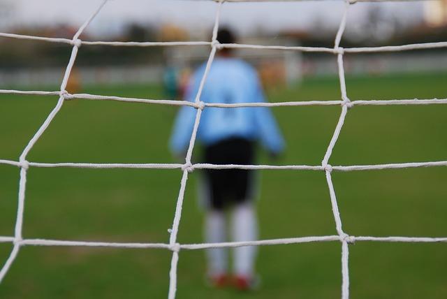スポーツをする少年