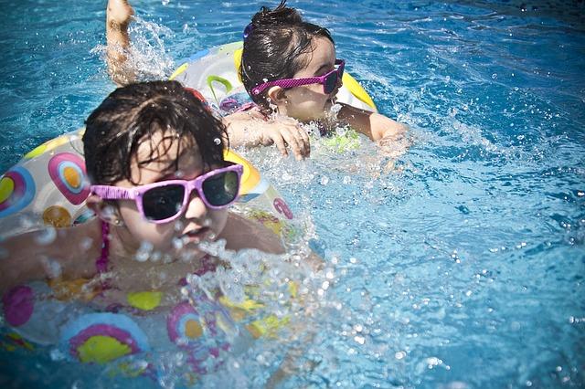 水泳をする子ども