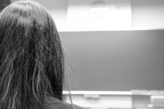 黒板を見つめる女子生徒