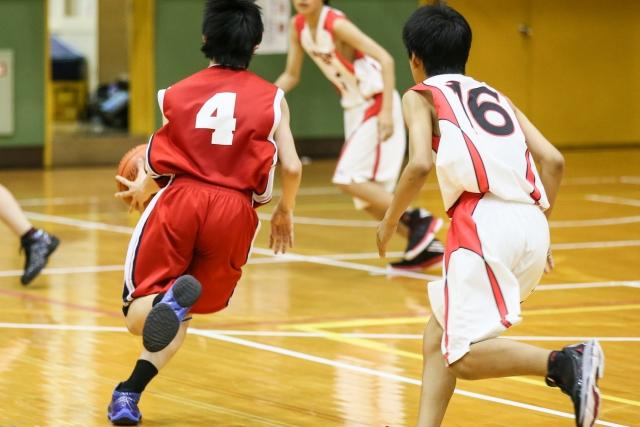 バスケットボールの試合をする子供達