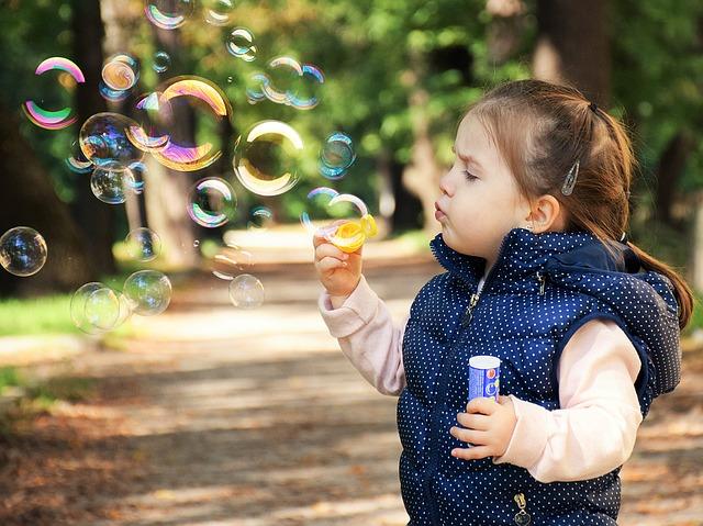 シャボン玉をする小さな女の子